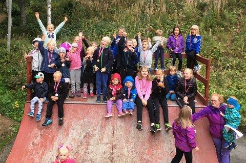Denne livlige gjengen var med på klubbmesterskapet i friidrett i Dypvåg. Foto: Britt Elisabeth Fossdal.