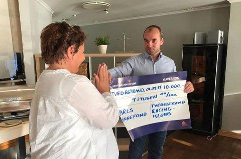 Leder i TRK, Øystein Haugenes overrakte en gave på 10.000 kr til Jarls ungdomsfond, ved Siw Johannessen. Foto: Siri Fossing/Tvedestrand By