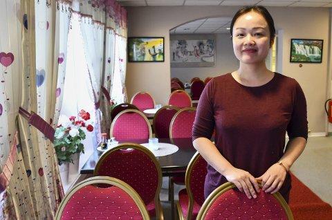 Egen restaurant: Ping Hong overtok driften av Lai Lai House første april. Mannen Guodong Li er kokk. Paret har flyttet fra Hokksund til Tvedestrand med sin datter. De trives godt i Tvedestrand, og er fornøyd med besøket i restauranten.Foto: Mette Urdahl