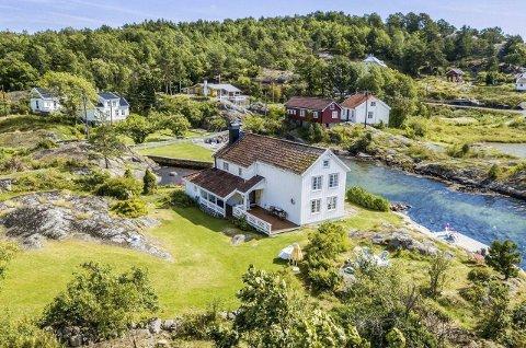 Unik eiendom: 2. juli overtok Leif Kahrs Jæger denne eiendommen i Utgårdsstrand på Borøy. Jæger betalte 6,9 millioner kroner for bopliktiendommen i sjøkanten.