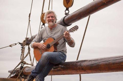 Louis Jacoby: Har skrevet en av Norges nasjonalviser. Nå gleder han seg til kveldens opptreden i Museumshaven, der han vil by på humor og visesang.