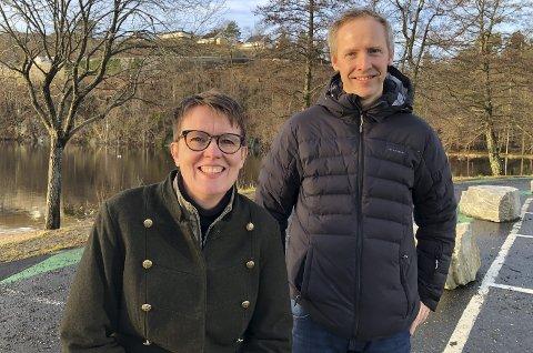 Byløftere: Anette Pedersen og Andreas Stensland er begge med i byløftgruppa i Tvedestrand kommune. Et av prosjektene de prøver å realisere er et stupetån med promenade ved Tjenna, inn mot Fjærkleivene. Men det største prosjektet akkurat nå er ny gangvei fra Bergsmyr og til den nye videregående skolen.  Foto: Siri Fossing