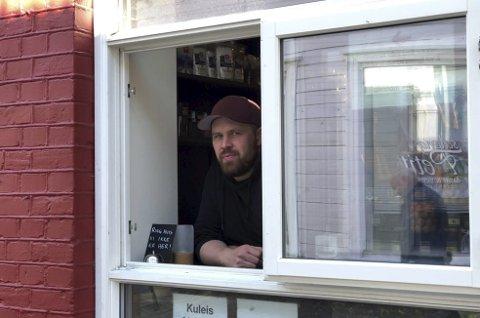Vinudssalg: Siden 13.mars har Bozo solgt sine varer gjennom en vindusluke. Bakeriet er såpass trangt og lite at det gjør det umulig å overholde smittevrntiltakene som en meters avstand mellom alle kundene. Men ved å stenge døra har også mersalget av varer som frister på disken forsvunnet. Det merkes. Foto: Siri Fossing