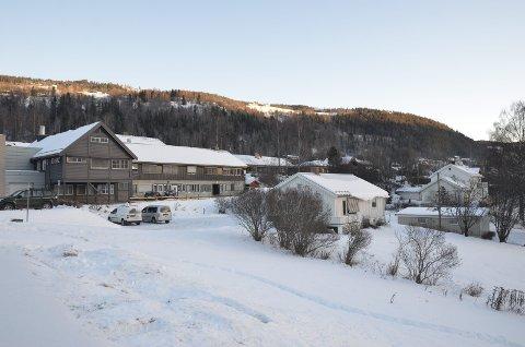 Kjøpt: Bolighuset (gnr. 25/155) midt i bildet ble først kjøpt av Nord-Aurdal kommune, men er nå overdratt til Golhus for at de skal bygge garasje for sykebilene, som igjen Sykehuset Innlandet skal leie tilbake. Fagernes Legesenter til venstre.