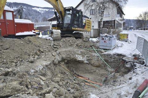 Gravd over: Det var her ved Jernbanevegen at kabelen ble gravd over. En av dem var fiberkabelen til Fagernes Legesenter og Valdres lokalmedisinske senter. Dokka Entreprenør graver overvannsledning for Nord-Aurdal kommune her.