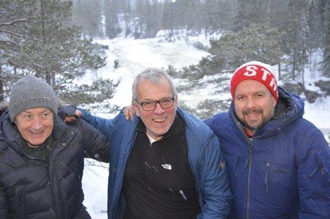 Jubler: Styremedlemmer i Fosstopp AS Pål Alm (fv.), Tor Ingar Nordby og Vegard Vestrom jubler over at hytta er en realitet. I bakgrunnen den flotte fossen i Vassfarelva.