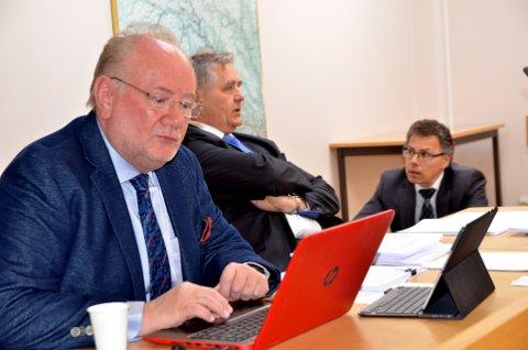 Måtte gå: Håkon Rydland kikker i papirene, mens advokatene diskuterer.