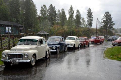 58 Volvo PVer: Volvoene gjør seg klare til start i rebusløpet. Rebusløpet består av seks poster rundt omkring i Valdres. Postene er bemannet, og spørsmålene kan handle om bil og være allmenne. Det er en innlagt kaffestopp i Røn.