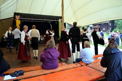 Åpnet lørdagskvelden: Vårflaumen spel- og dansarlag fra Valdres var det første laget som viste sine kunster. De seks parene danset Valdresspringar.
