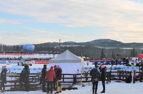 5000 mennesker: Lørdag var det anslagsvis 5000 mennesker på Beitostølen skistadion.