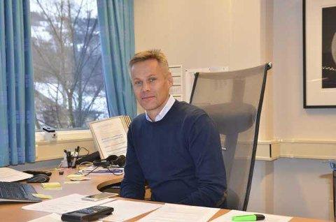 Orienterte: Rådmann Kristian Damstuen takket av kommunalsjef Bjerke i kommunestyret på torsdag, samtidig som han orienterte om status for rekruttering av nye ledere.