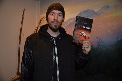 Ny roman: - Om du likar litt mørk humor, og ein etterforskar som ikkje alltid er supertøff, er dette ei bok for deg, reklamerer forfattaren Ben Ormstad.