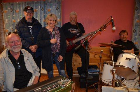 Røn band: Nokre av medlemmane i Røn band hadde øving torsdag denne veka. Frå venstre: Ola Jørgen Fauske (amerikansk gitar), Åge Waldemar Mørk (tangentar), Tove Nyhagen (vokal) , Geir Hovda (bass) og Ola Rogn (perkusjon).