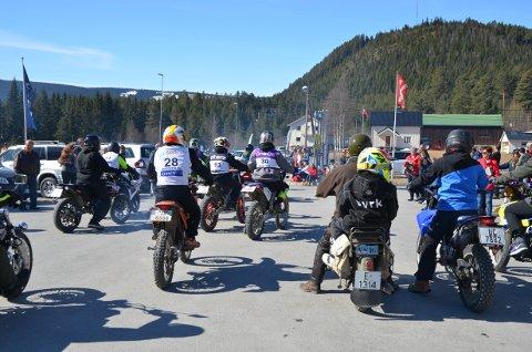 """Tradisjon hver 1. mai: Omkring 140 deltakere på fjorårets utgave av mopedløpet """"Volbufjorden rundt"""". Været skremmer ikke, betyder ildsjel Steinar Gullaksen, som håper på deltakerrekord."""