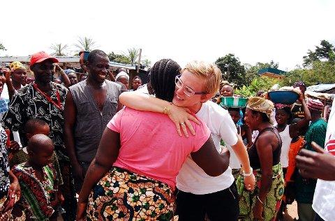 Uendelig glede: Friskmeldte Beindu får klem av Mari. Slik viser Mari deandre at Beindu ikke lenger er syk.