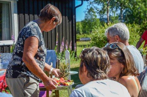 Servering: En av venninnene til Jorun hjalp til med servering før konserten. Her blir noen av gjestene servert frukt av alle slag.