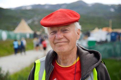 Jobber mye som frivillig: Pensjonisten «Sixpence Rasmuss» vier hele sommeren sin til å jobbe som frivillig på festivaler i Norge fra nord til sør.
