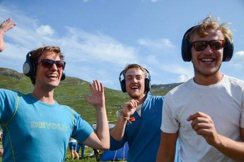To timer: Kristoffer Grønnevik Hansen (f.v.), Olav Straume og Magnus Wethal danset i over to timer til det lydløse diskoteket i dag.