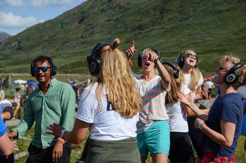 Isolert: Mange av de som gikk forbi deltakerene på «Silent Disco» i dag, fikk seg en god latter. De som er med på festen, danser og synger i sin egen verden når de har headsettet på.