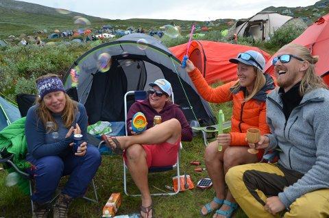 Bobler: Lucy Watson, Pernille Berger, Annika Bylund og Lars Weyer Andreassen synest Vinjerock blir enda artigare med såpebobler. og meiner ein har det minst like moro i campen som på konsert.