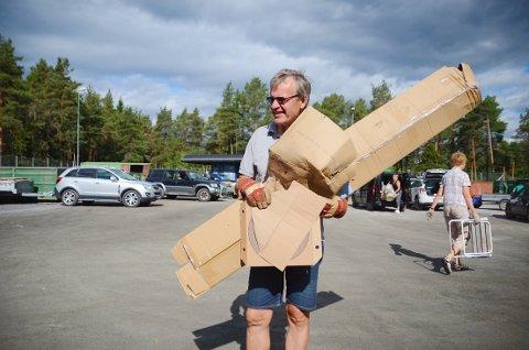 Diverse skrot: Viggo Kristiansen fra Bærum har hytte i Baklia. Han tok turen innom miljøstasjonen for å kaste diverse skrot.