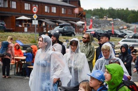 Beitostølen: Festivalgjengerne på Trollrock ble våte i håret under lørdagens arrangement, uten at det så ut til å legge noen demper på stemningen.