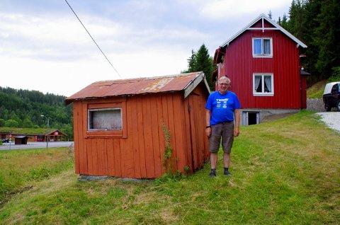 Georg Grøtan ved Norges minste sportsbutikk. Han er nevø av Magne Grøtan, og eier bygningen nå.