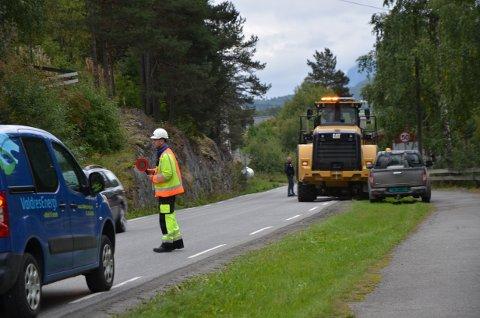 Ventetid: Grunnet asfaltfresing dirigeres trafikken manuelt mellom Østensvigkrysset og Valhall Auto.