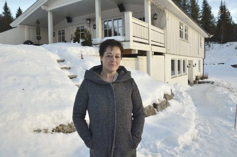 Alene tilbake: Kari Anne Haugrud (50) bor i Kyrkjebjørgovegen ved Bagnskleiva, ikke langt fra der ektemannen Bjørn Erik Kirkeberg Haugrud omkom i en sprengingsulykke i februar 2016. Sammen har de barna Mette (23) og Stian (28) Haugrud.