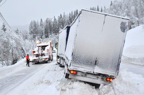 ET KJENT SYN: Forsinka gjenåpning av Fylkesveg 33 over Tonsåsen kan lett føre til slike situasjoner i den bratte bakken opp fra Bruflat mot fylkesvegen.