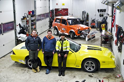 Ønsker mekkeklubb: Valdres Gatebil ønsker å få til et tilbud for motorinteressert ungdom. Her er Rolf-Erik Skyvuldstad, William Scott (Valdres Gatebil) og Tor Egil Nerstad (Amcar Valdres) avbildet da de fortalte om prosjektet i januar i fjor.