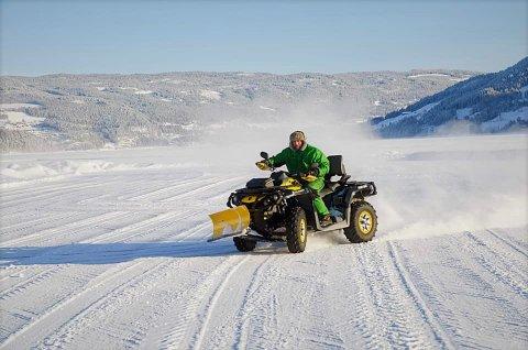 Brøyting: Med hyppige snøfall blir det mye brøyting inn mot start lørdag. Her er William Scott i gang med ATV og brøyteskjær.