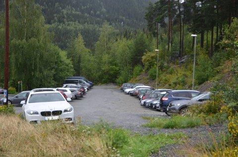 Fullt: Parkeringplassen nedenfor Vesletveit er full. Ansatte må parkere i parken.