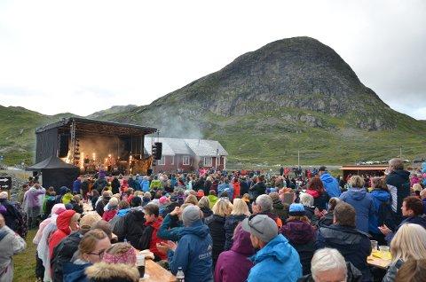 Makalaust: Staut hadde publikum i sin hule hånd under den naturnære familiekonserten ved Bygdin i fjor sommer. Denne sommeren blir det fire parkkonserter på Fagernes.