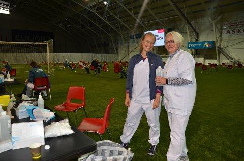 Valdres Storhall: Lege Janne Fjelltun Buene (t.v.) og sykepleier Anne Grethe Brekken tok imot alle som var i risikogruppa eller helsepersonell mandag. Over 500 hadde tatt turen midt på dagen.