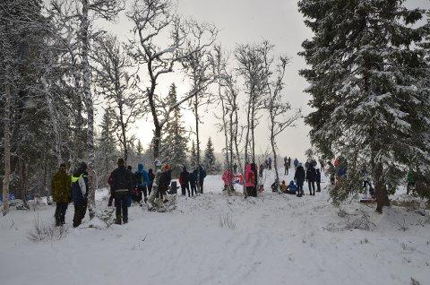 Mye folk: Det var mange som ville heie på Johannes Høsflot Klæbo og de andre langrennsløperne lørdag. Her på haugen ovenfor stadionområdet. KLIKK FOR FLERE BILDER