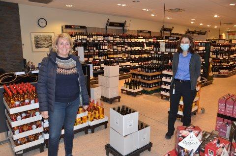 Stakk innom: Elisabeth Hunter (t.v.) er administrerende direktør i Vinmonopolet. Fredag kom hun innom Vinmonopolet på Fagernes og møtte daglig leder Oddrun Helen Brattrud.