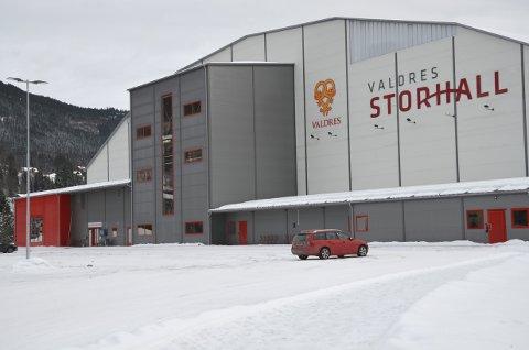 Daglig leder i Valdres Storhall, Carl Frithjof Tidemand-Johannessen,  forteller at hallen blir stengt de neste to ukene.