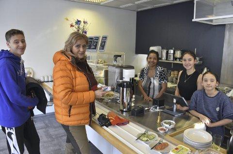 Hyggeleg: F.v.Luka Dominir Vladovic og mor Florentina Vladovic seier at dei ofte stikk innom det nye kafétilbodet på senteret i Røn. Dei blir hjarteleg motteke av Sopha S. Hamre og borna Fiona og Xandro.