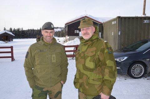 KLARE TIL DYST: Heimevernet står klare til å bistå valdreskommunene så fort beskjeden kommer, forteller områdesjef i Valdres, Tom Nybråten (t.h.). Her avbildet sammen med Svein Riste.