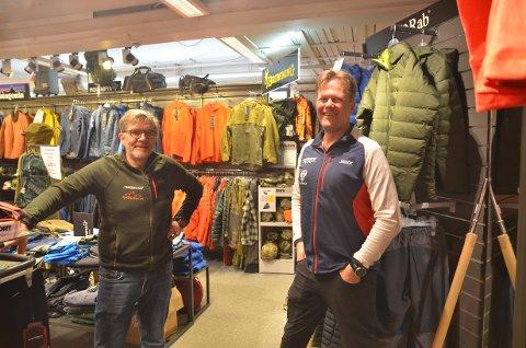 Fjellkjeden: Per Herman Isachsen og Lars Christian Stensrud hos Fagernes Sportsforretning, som er en av ni butikker i Fjellkjeden. Nå begynner handelen å komme i gang igjen rundt om.