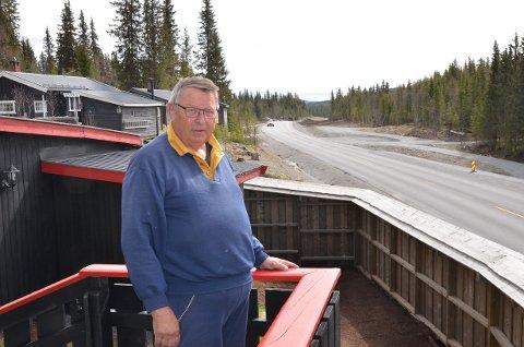 Tonsåsen: Hytteeier Kristian Onsum Amb gleder seg til at nyvegen over Tonsåsen blir helt ferdig. Forbi hytta hans ved Os er det ny asfalt, men lenger nede i retning Etnedal så er det grusveg og vaskebrett. Der både rister det og støver ned.