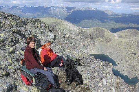 Mot Jotunheimen: Pause ved toppvarden, med tindane nord for fjellsjøen Bygdin i bakgrunnen.