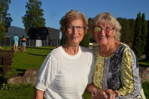 Med scenen bak: Eli Dybdal Moe (86) (t.v.) og Eva Rognstad (90) koste seg i parken på Fagernes og hørte på den første Staut-konserten fredag.