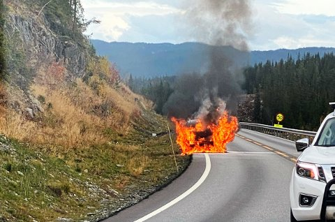 Bilbrann: Det brant godt i en bil langs Fv 33 tirsdag ettermiddag.