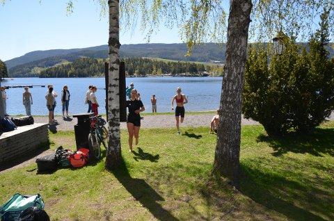 Mot mål: Her er noen av jentene snart ferdige med sin triatlon. Se flere bilder ved å klikke på pilene.