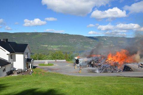 Brant ned: Låven til høgre brant ned, mens bolighuset til høgre ble reddet. Det ble også nabohuset ovenfor, der Ole-Arne Fugllien med kona bor. Også mor til Ole-Arne på 85 år var heime da brannen startet.