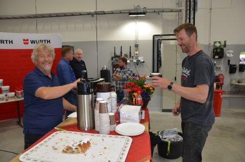 Vær så god: Jan Erik Hagen (t.v.) tok seg av kaffi og kringleserveringa fredag. Her er det Lage Røn som får ein godbit. Han var ein av mange som kom innom Lena Maskin Røn. Hagen har arbeidd 27 år i bedrifta.