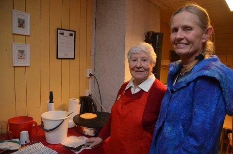 TRADISJON: Kari Lassen Aas (t.h.) har også i år med seg Inger Hovland til å steke sveler på  julemarkedet i Smedstuveien.