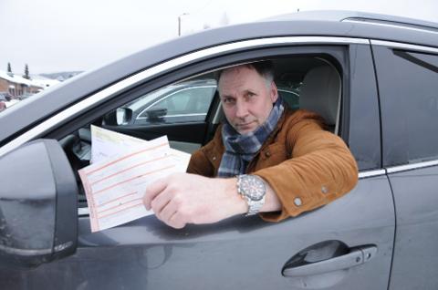 SURE PENGER: Redaktør Arne Henrik Vestreng i Indre Akershus Blad var én av fire sjåfører som ble ilagt forelegg etter å ha kjørt for fort på fylkesvei 170 på Bjørkelangen.  (FOTO: Anita Jacobsen)